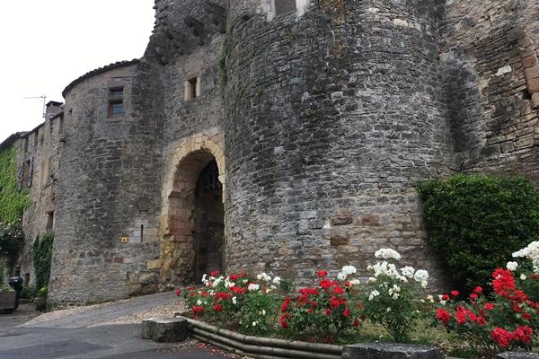 コルド・シュル・シエルの4重の城壁にある要塞城門 (Portes)