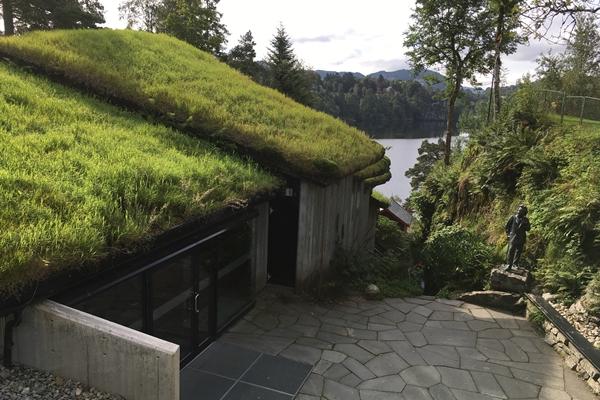 グリーグの家にある草屋根のコンサートホール