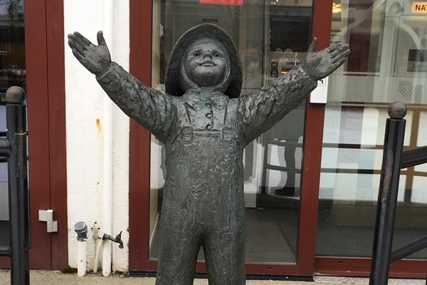 サンネスショーエンの男の子の銅像