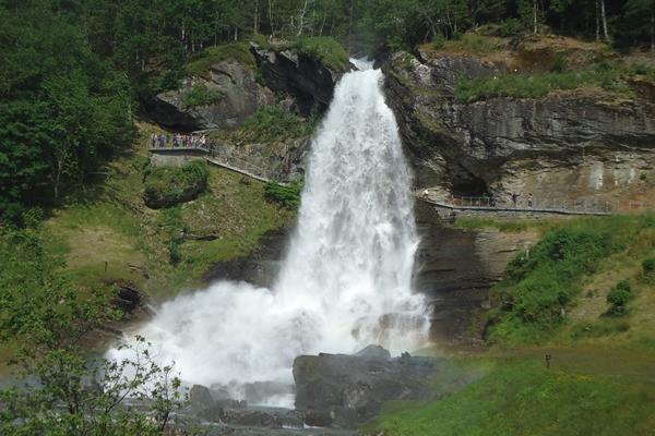 ノルウェー バスの旅 ウルビィクからベルゲン スタインダールの滝経由