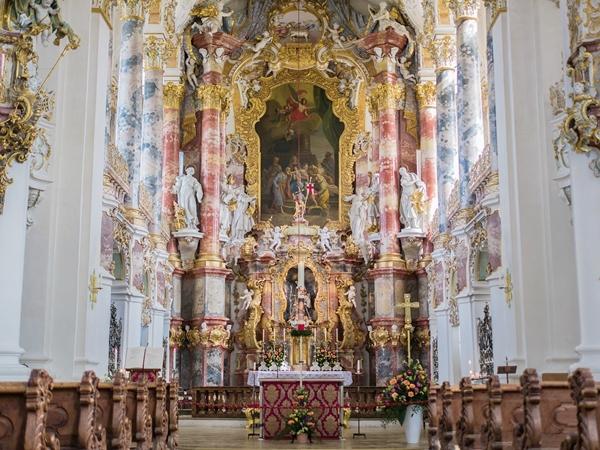 ロココ様式で装飾されたヴィース教会の主祭壇
